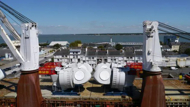 Le port de Saint-Nazaire continue d'accueillir les éléments hors normes du premier parc éolien marin de France